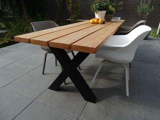 Vakmanschap houten tuintafel